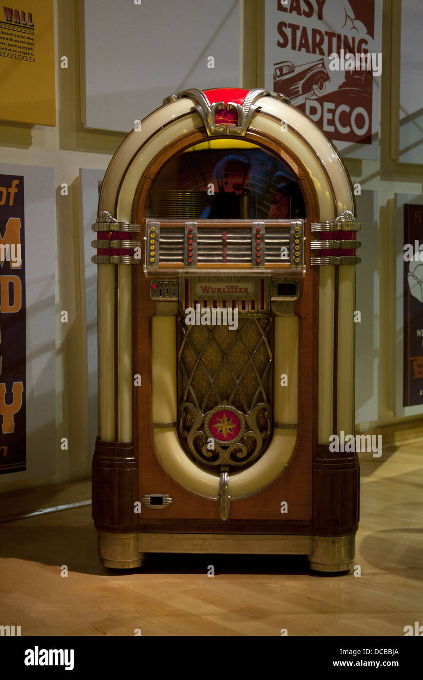 1947 Wurlitzer jukebox model 1015 on display at Country