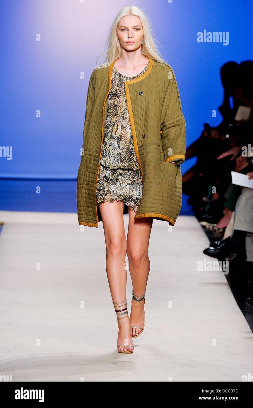 e6852098067 Model Paris Fashion Week Spring/Summer 2012 Ready To Wear - Isabel Marant -  Catwalk Paris, France - 30.09.11