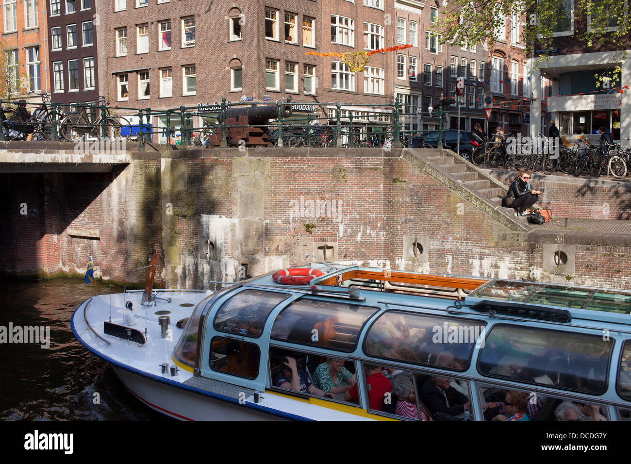 Cruise boat on Korte Prinsengracht canal and buildings on Haarlemmerstraat in Amsterdam, Holland, Netherlands. - Stock Image