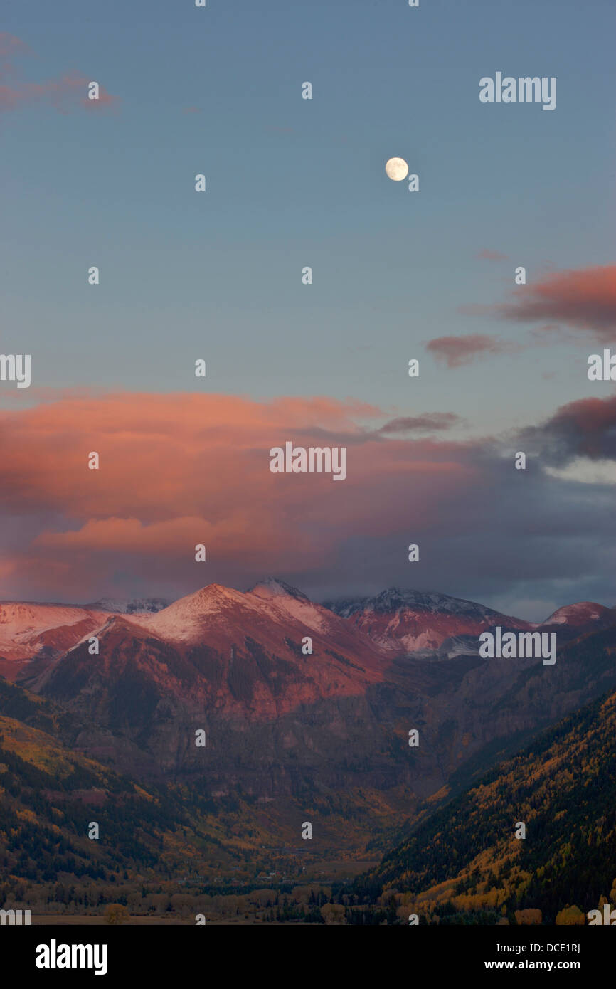 USA, Colorado, San Juan Mountains, Telluride. A full moon rises above the mountains at sunset - Stock Image