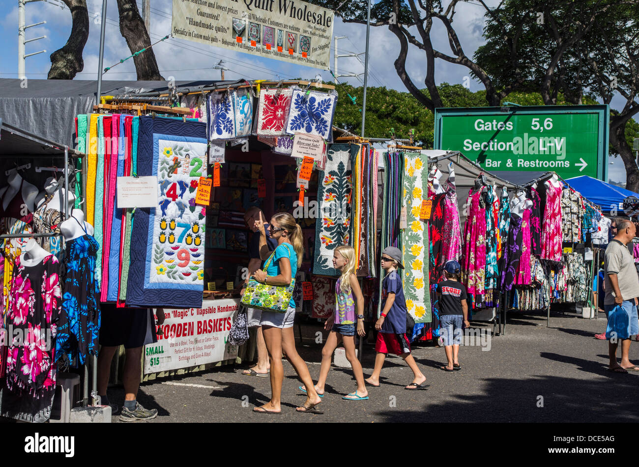 USA, Hawaii, Oahu, Honolulu  Crowds shop for quilts and clothing at