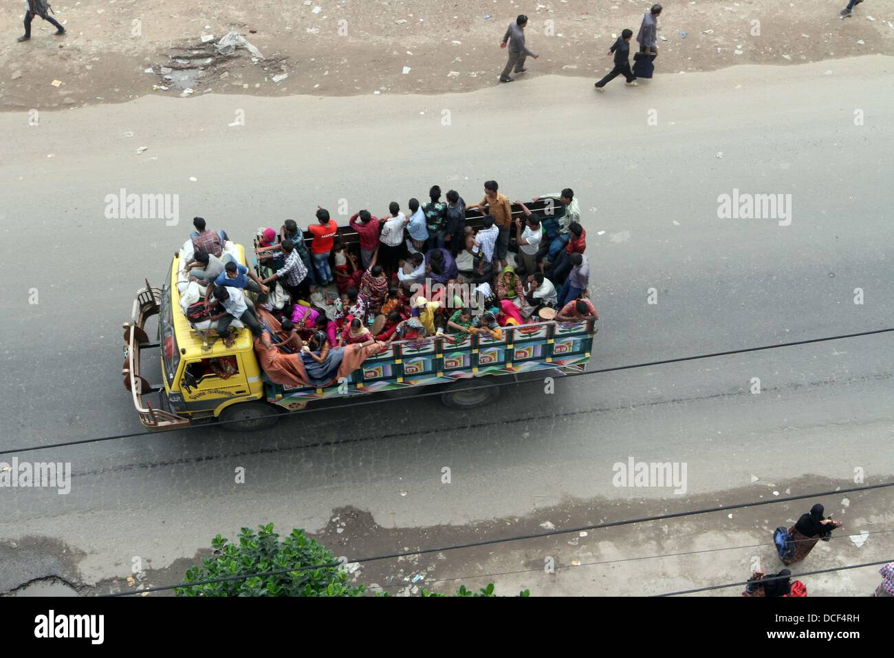 BANGLADESH, Dhaka: City dwellers back in the capital stand on the crowded truck after Eid vacation  in Dhaka-Tangail - Stock Image