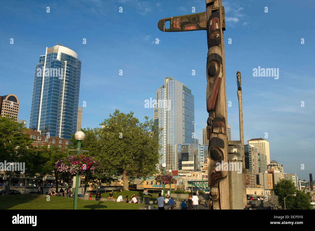 CEDAR TOTEM POLE VICTOR STEINBRUECK PARK ELLOIT BAY DOWNTOWN SEATTLE WASHINGTON STATE USA - Stock Image
