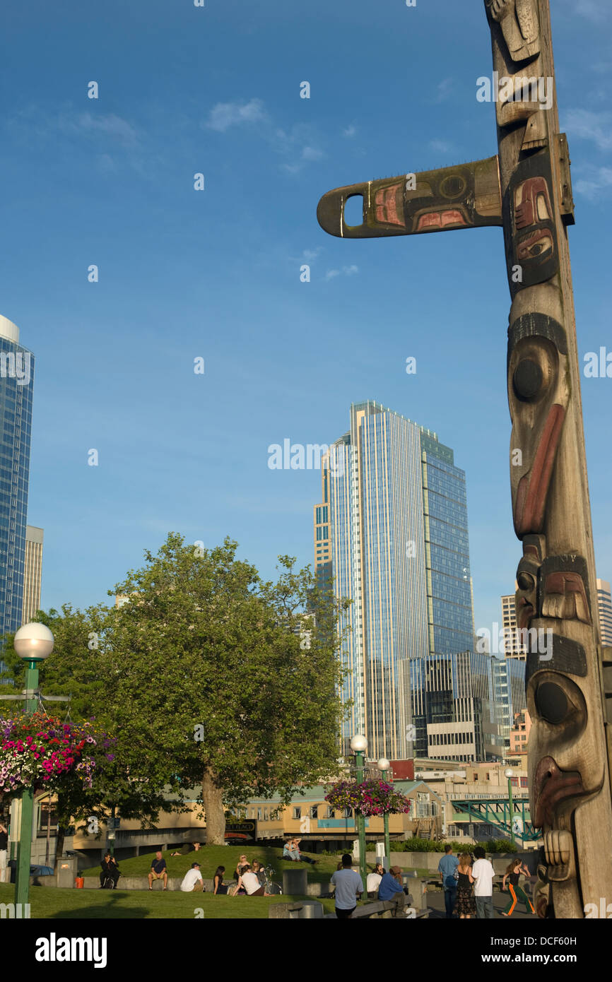 CEDAR TOTEM POLE VICTOR STEINBRUECK PARK ELLOIT BAY DOWNTOWN SEATTLE WASHINGTON STATE USA - Stock Image