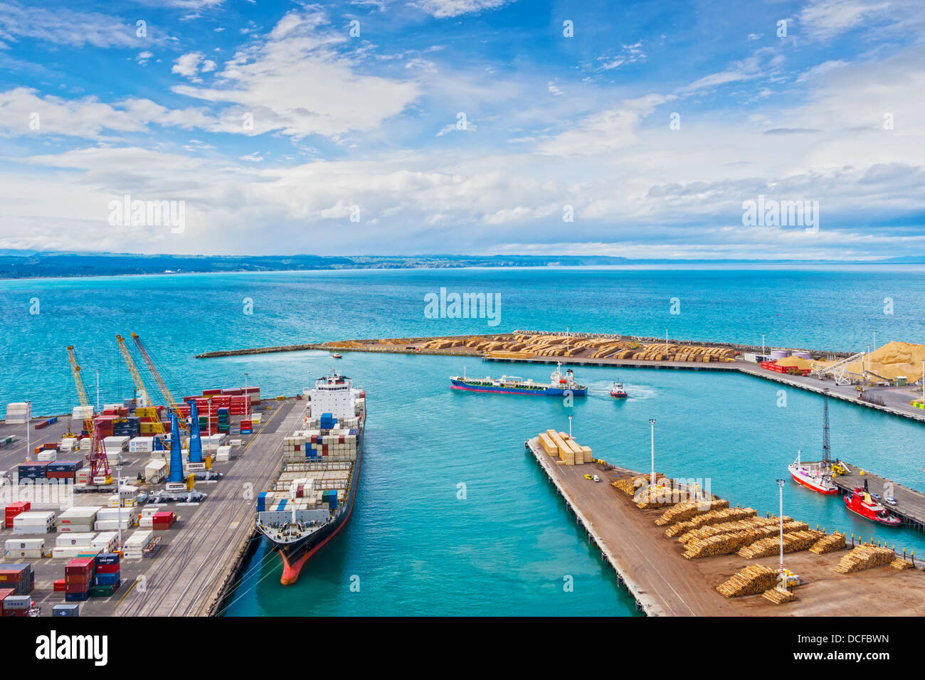 Tanker ship Golden Wave leaving Napier Port, Hawkes Bay, New Zealand. The container ship is the NYK Lyttelton. - Stock Image