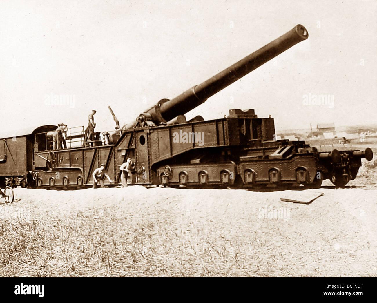 Rail mounted British gun during WW1 - Stock Image