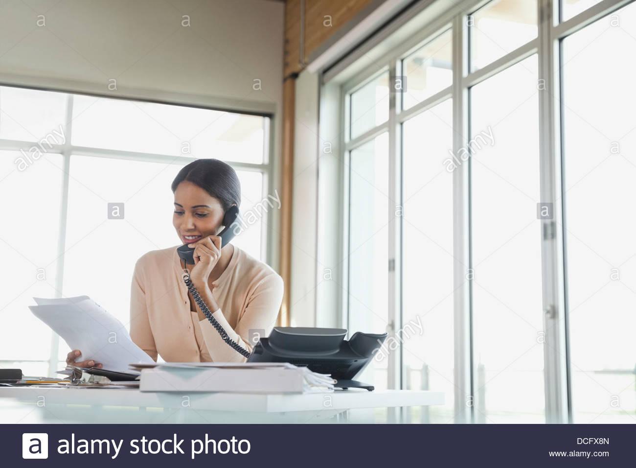 Businesswoman talking on telephone - Stock Image