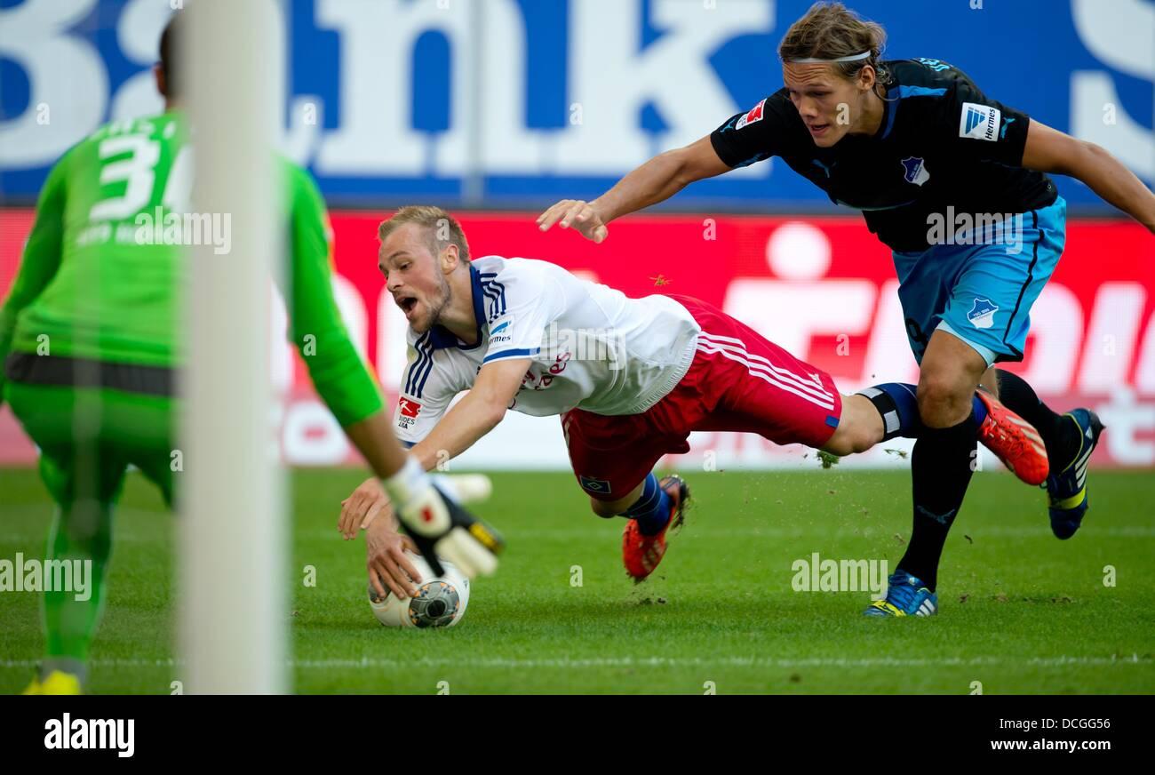 Hamburg, Germany. 17th Aug, 2013. Hamburg's Maximilian Beister (R) in action against Hoffenheim's goalkeeper - Stock Image