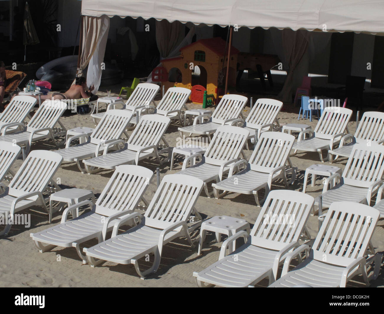 Sun lounges on a private beach in Juan-les-pins - Stock Image