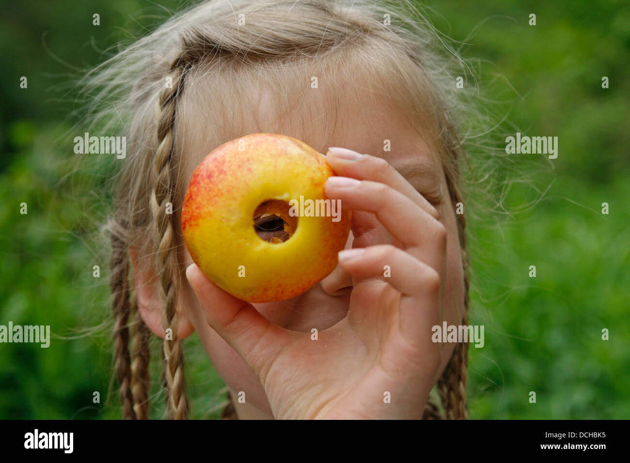 Girl, child with apple, apples, Mädchen, Kind mit Apfel, Äpfel, Obst - Stock Image