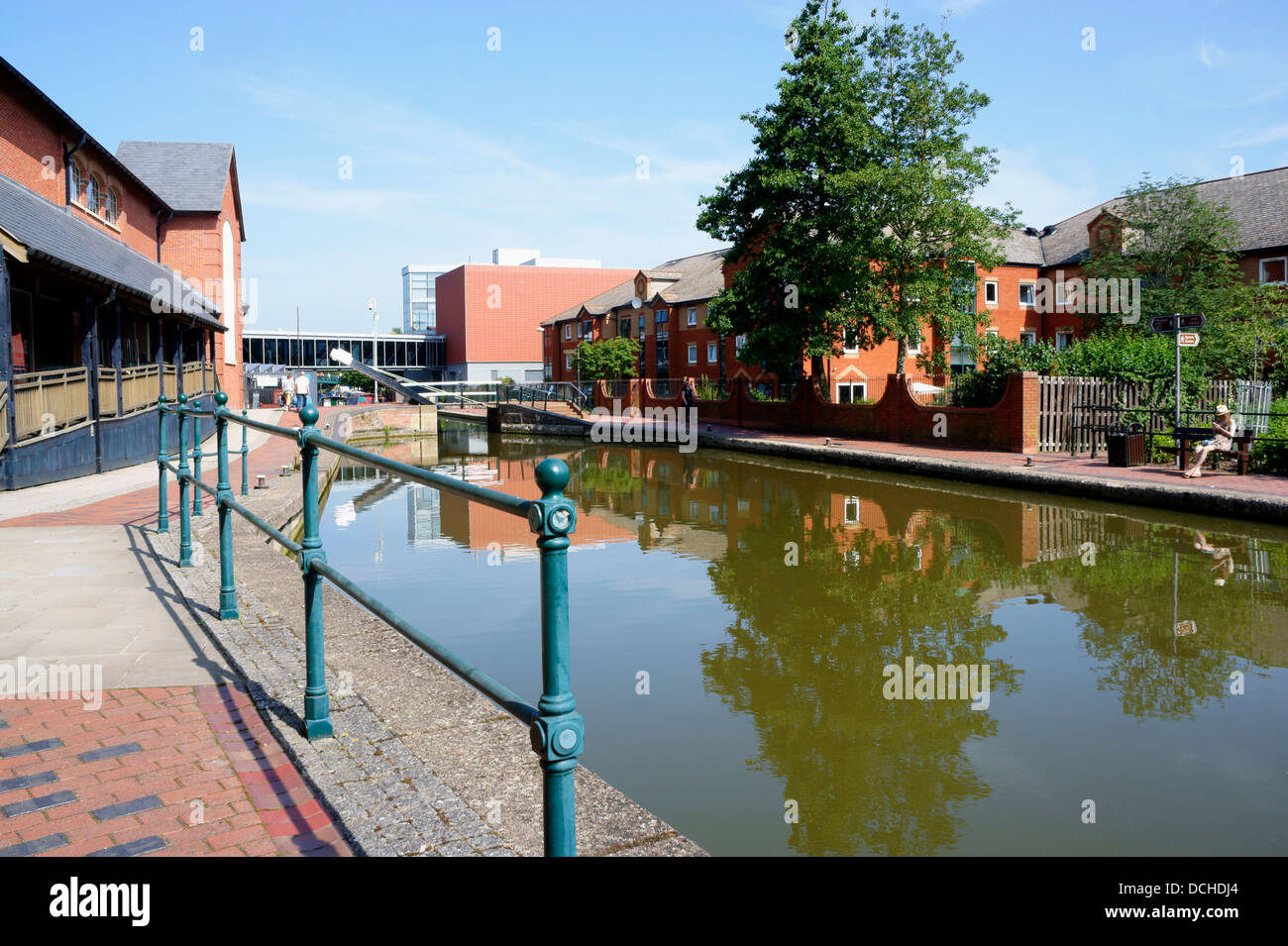 Oxford Canal running alongside Castle Quay shopping centre in Banbury, Oxfordshire, England. - Stock Image