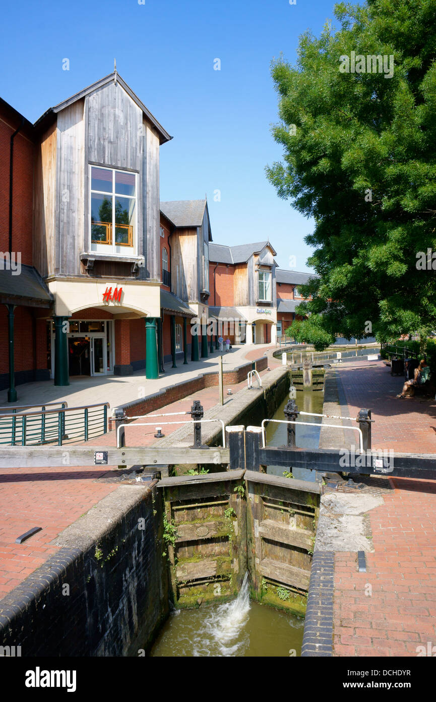 Locks on Oxford Canal with Castle Quay shopping centre in the background at Banbury, Oxfordshire, England. - Stock Image