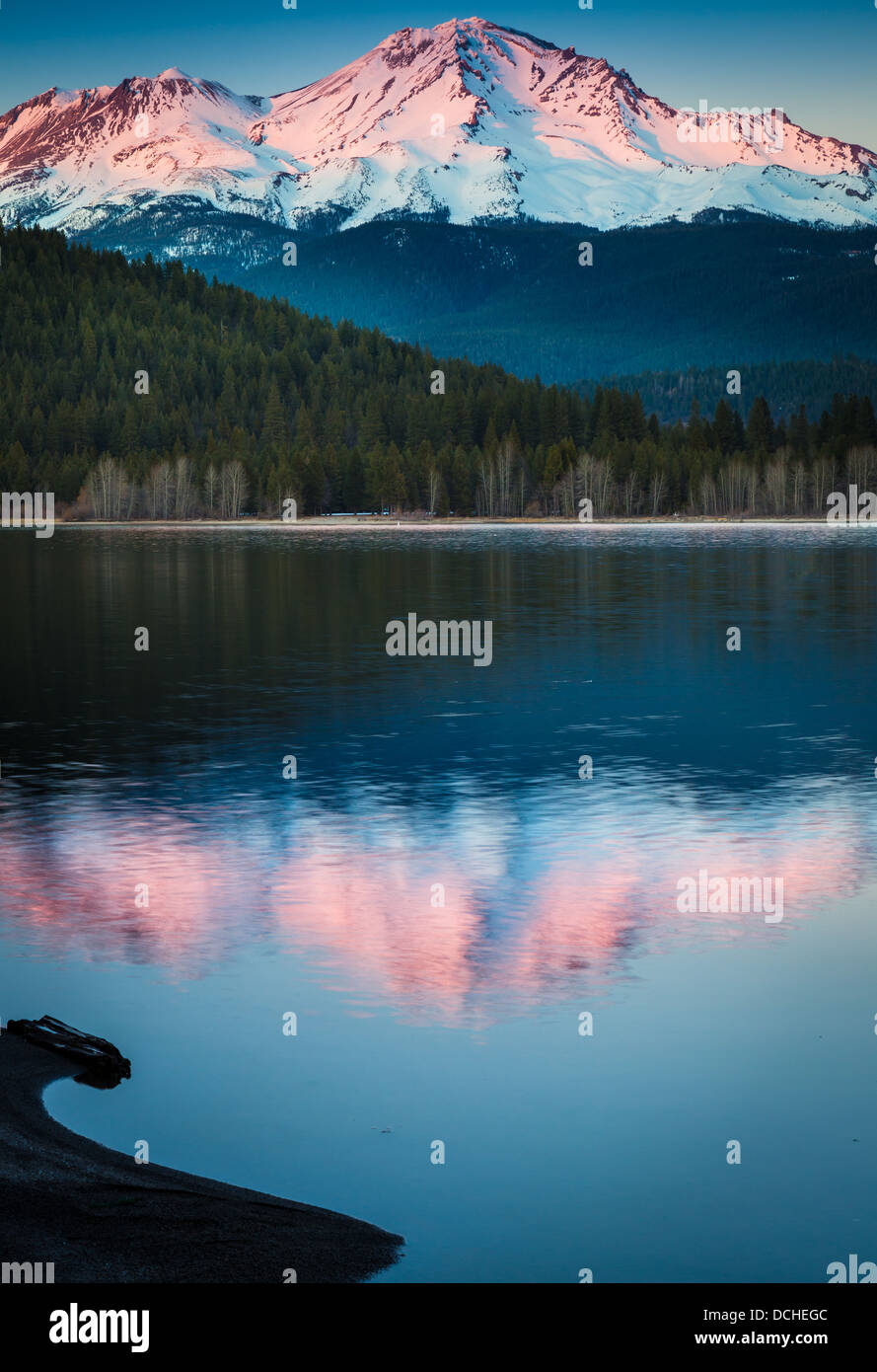 Mount Shasta reflecting in nearby Lake Siskiyou, California - Stock Image