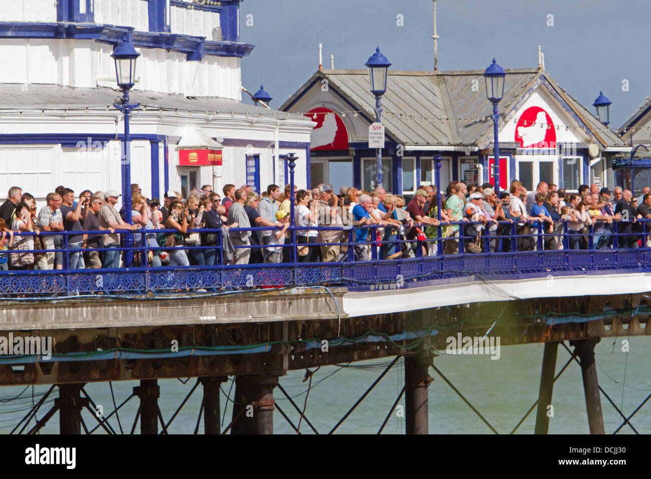 Eastbourne, UK. 18th Aug, 2013. The crowds lined the pier during Airbourne display. ©Keith Larby/Alamy Live - Stock Image