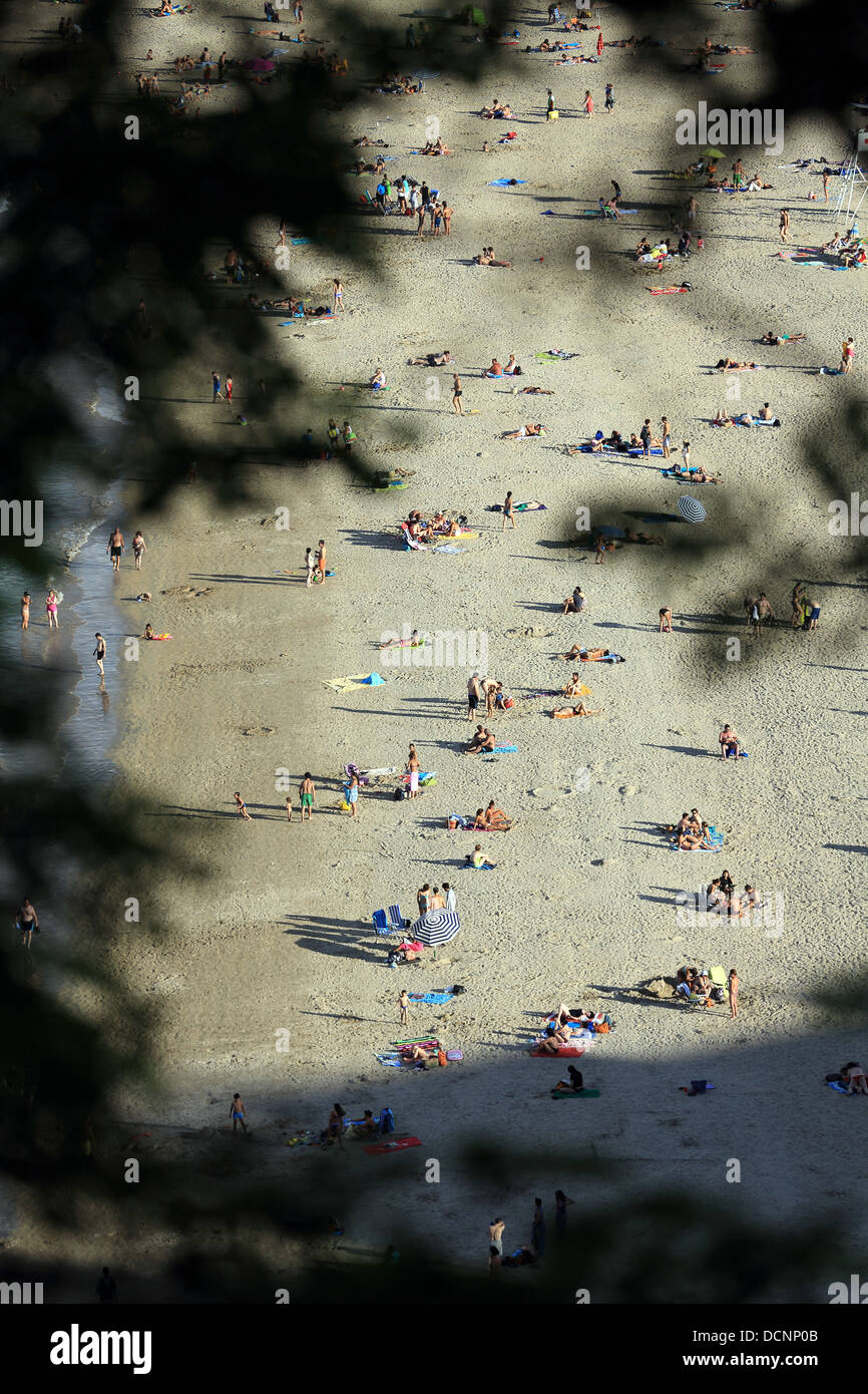 Summertime crowd on Hondarribia beach in the Spanish Basque country. - Stock Image