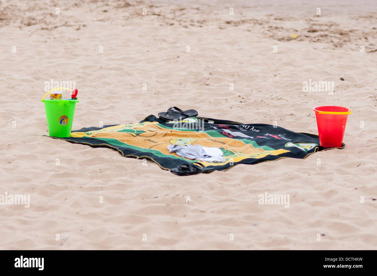 Beach towel and buckets on Oak Street Beach, Chicago, USA - Stock Image