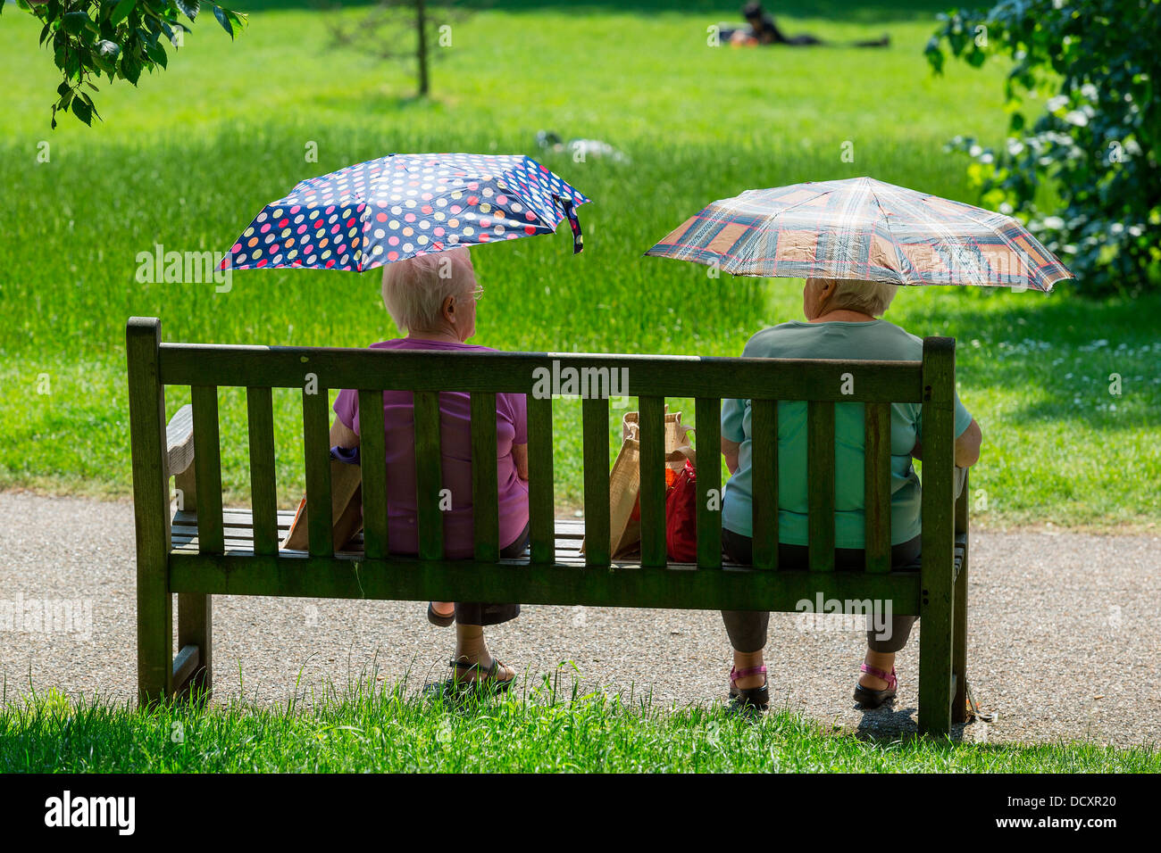 London, Two Women Sitting in Hyde Park - Stock Image