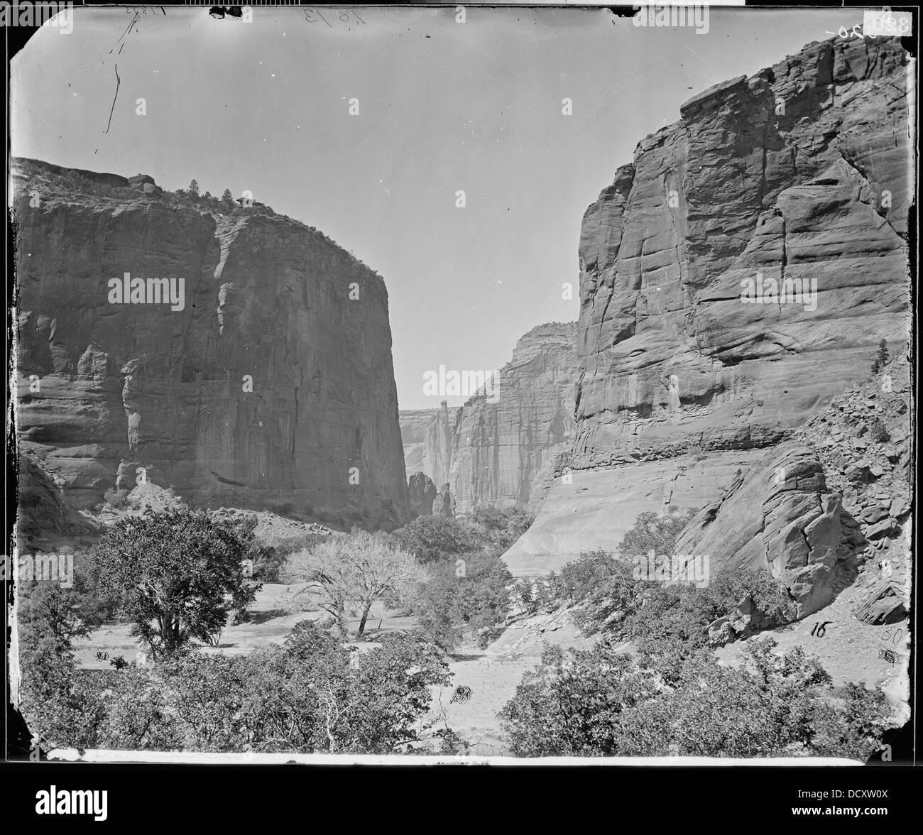 HEAD OF CANYON DE CHELLE, LOOKING DOWN WALLS 1200 FEET IN HEIGHT, ARIZONA - - 524271 Stock Photo