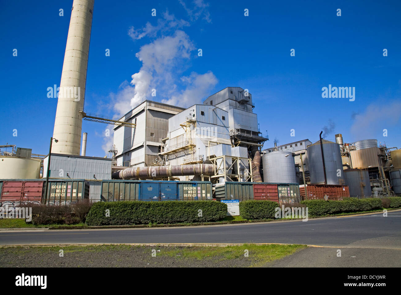 A large Georgia Pacific pulp and paper mill along the Yaquina River in Toledo, Oregon - Stock Image