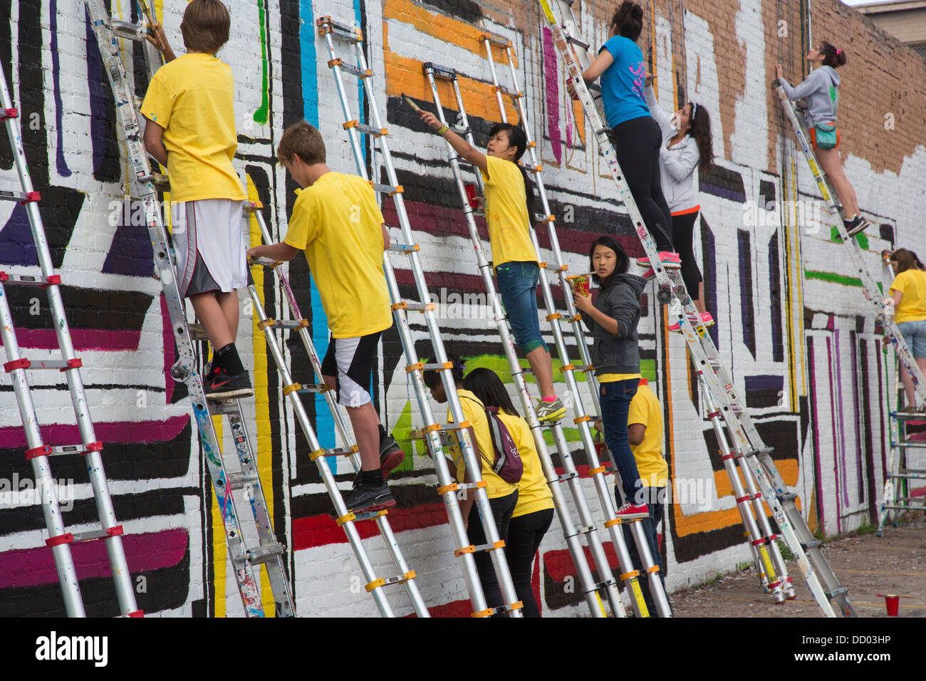 High School Volunteers Paint a Wall - Stock Image