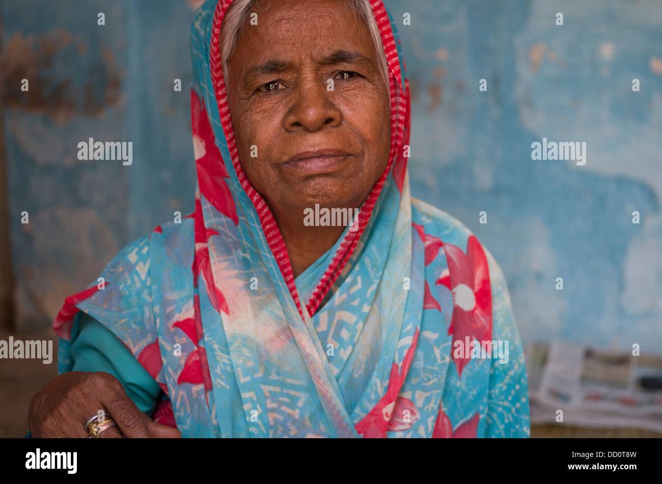 Indian lady in Sari at Maha Mandir Temple dedicated to Aayas Deonath. Now used as a school - Jodhpur, Rajashtan, - Stock Image