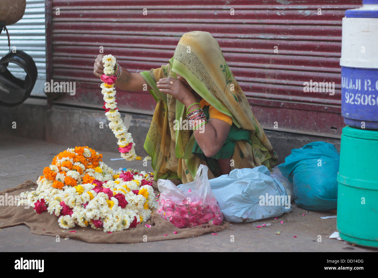 An Indian woman flower seller at the Chandni Chowk flower market in Old Delhi. - Stock Image