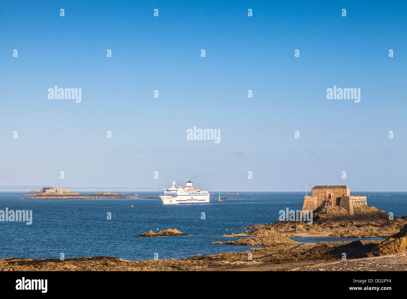 The Brittany Ferries vehicle ferry 'Bretagne' approaches the harbour of St-Malo, passing between... - Stock Image