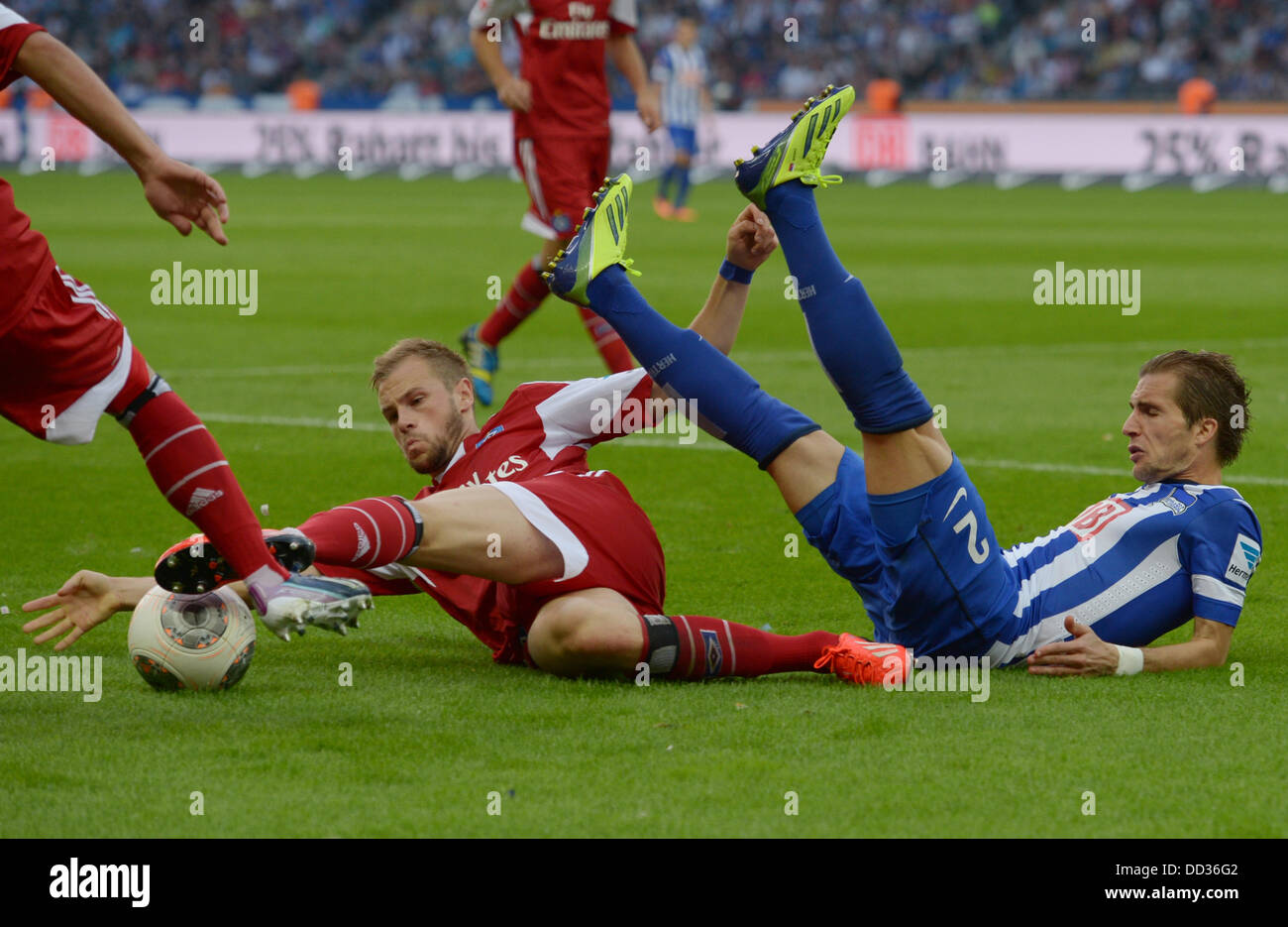 Berlin, Germany. 24th Aug, 2013. Hertha's Peter Pekarík and Hamburg's Maximilian Beister vie for the - Stock Image