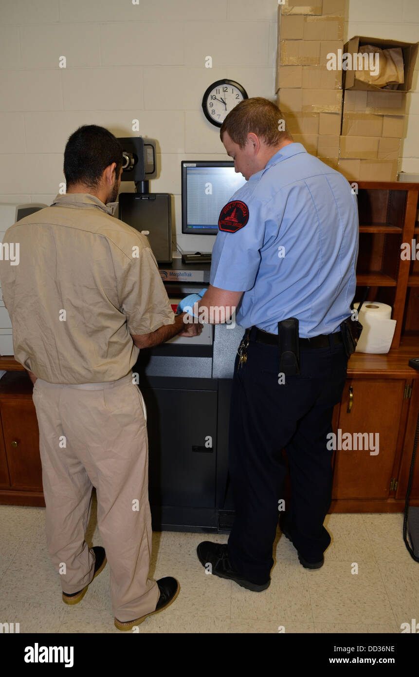 Newly admitted inmate being fingerprinted as part of the admission process. Diagnostic and Evaluation Center, Lincoln - Stock Image