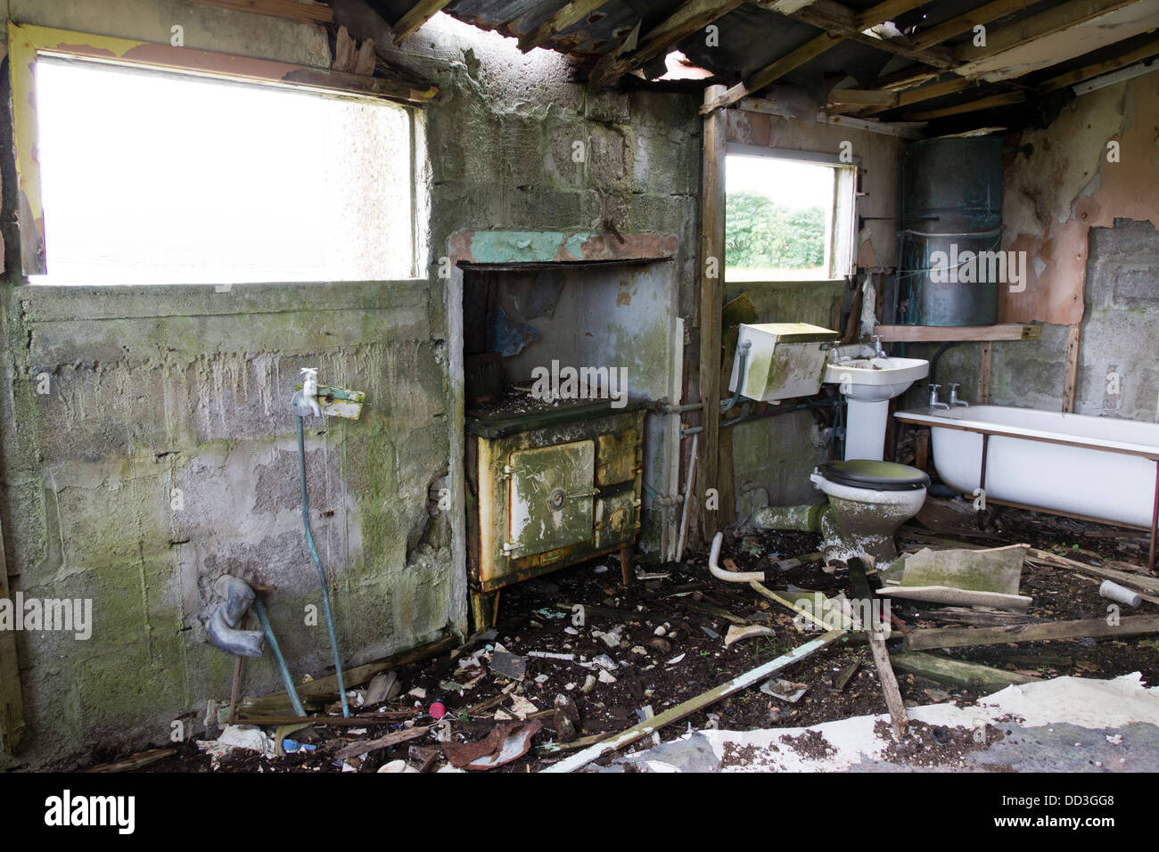 AN old Stove and bathroom suite in a derelict croft house Isle Of Lewis UK. - Stock Image