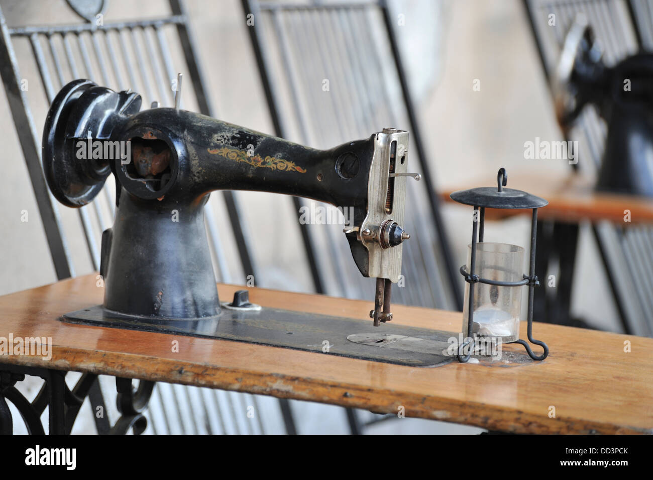 Table A Machine A Coudre table with a singer sewing machine in singer bar, kazimierz