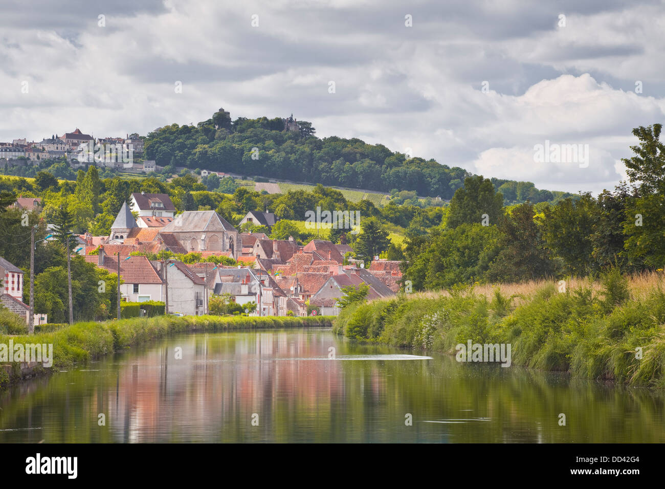 the loire lateral canal with the villages of menetreol sous sancerre stock photo 59711460 alamy. Black Bedroom Furniture Sets. Home Design Ideas