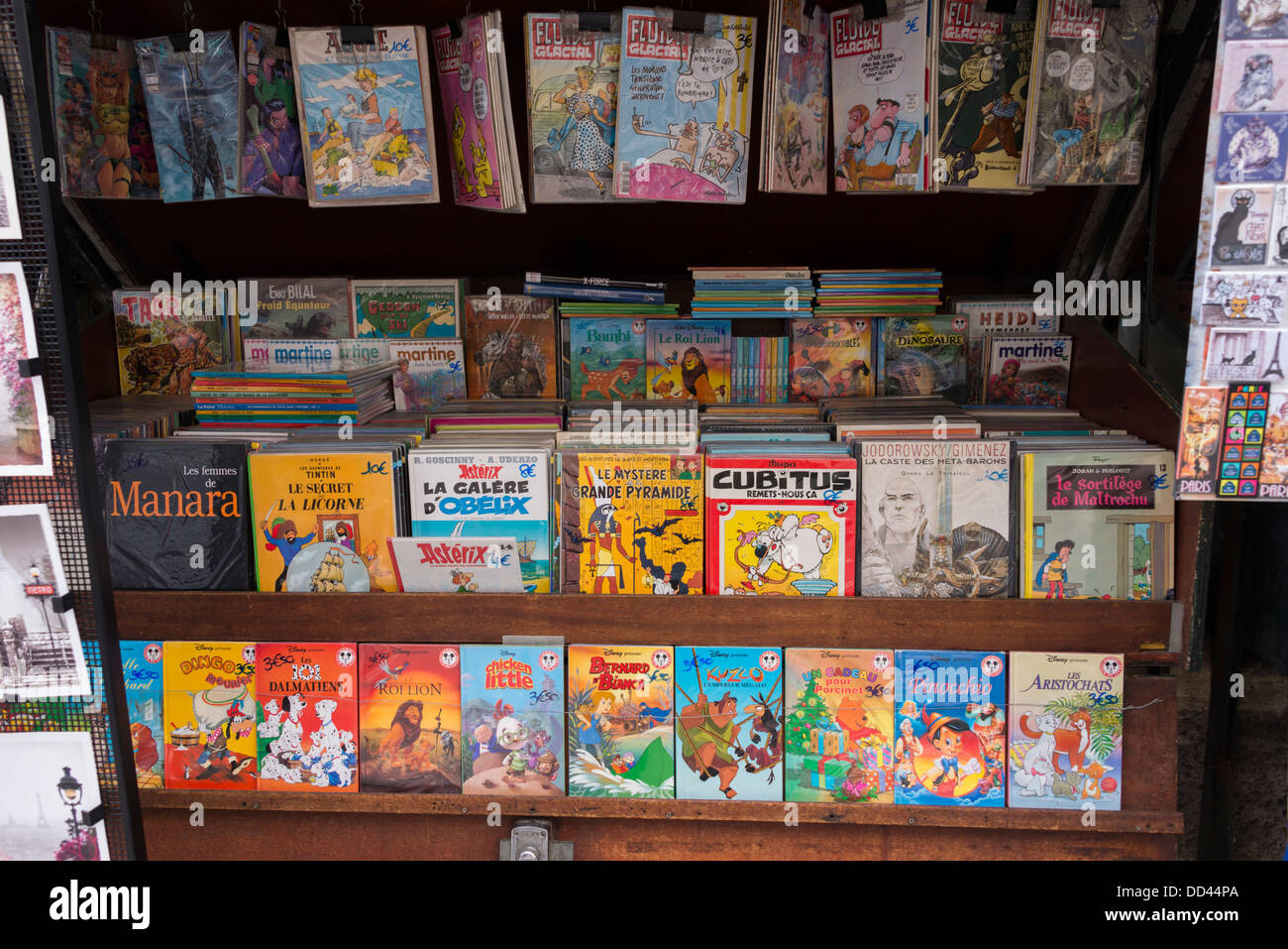 Traditional pavement stall on the Rive Gauche of Paris selling books and posters - Stock Image