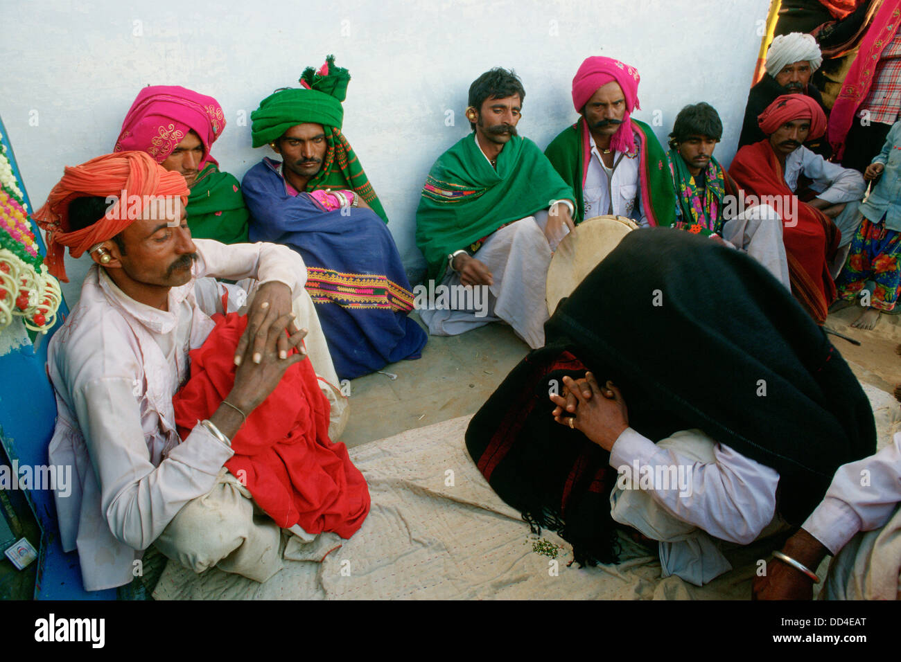 Propitiatory ritual performed by a traditional healer ( the man under the blanket) among the Rabari caste ( India) - Stock Image
