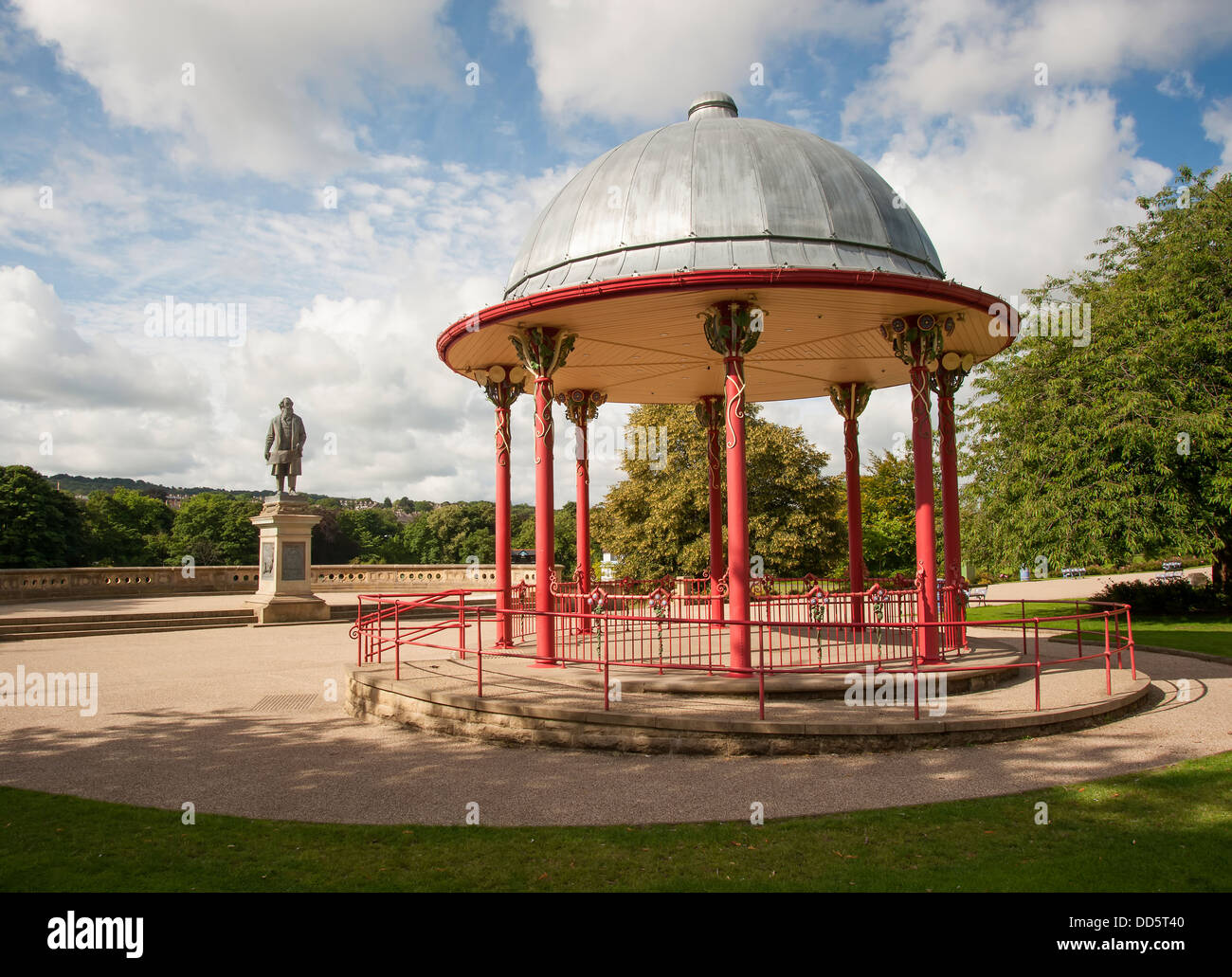 Victorian bandstand and statue to sir titus salt in shipley - Stock Image