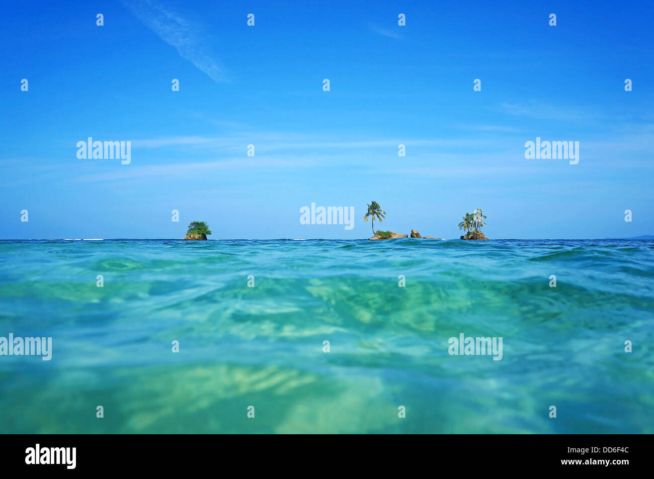 Horizon over water with small islets and coconut tree, Caribbean sea, Zapatillas Keys, Bocas del Toro, Panama - Stock Image