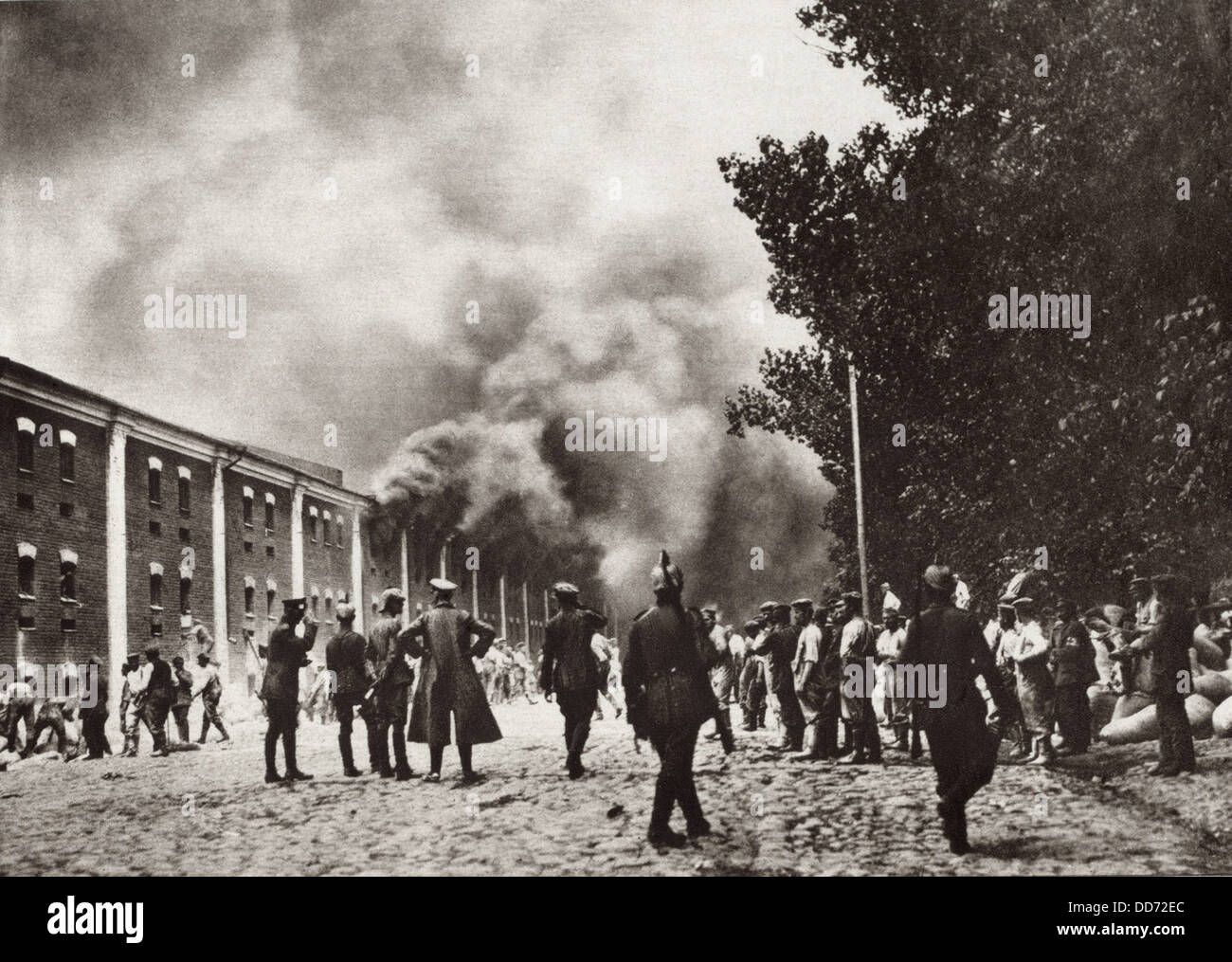 World War 1. German soldiers carrying grain from the burning granary of Brest-Litovsk. The German's took the - Stock Image