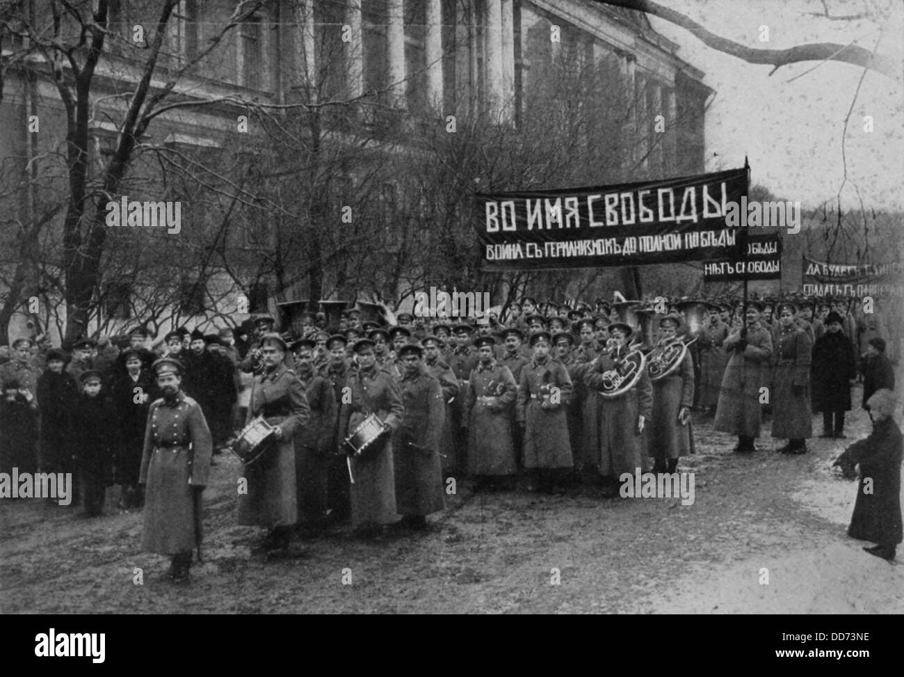 Russian Revolutionary troops demonstrate in front of Engineers Palace. April 1, 1917. Their sign translates 'In - Stock Image