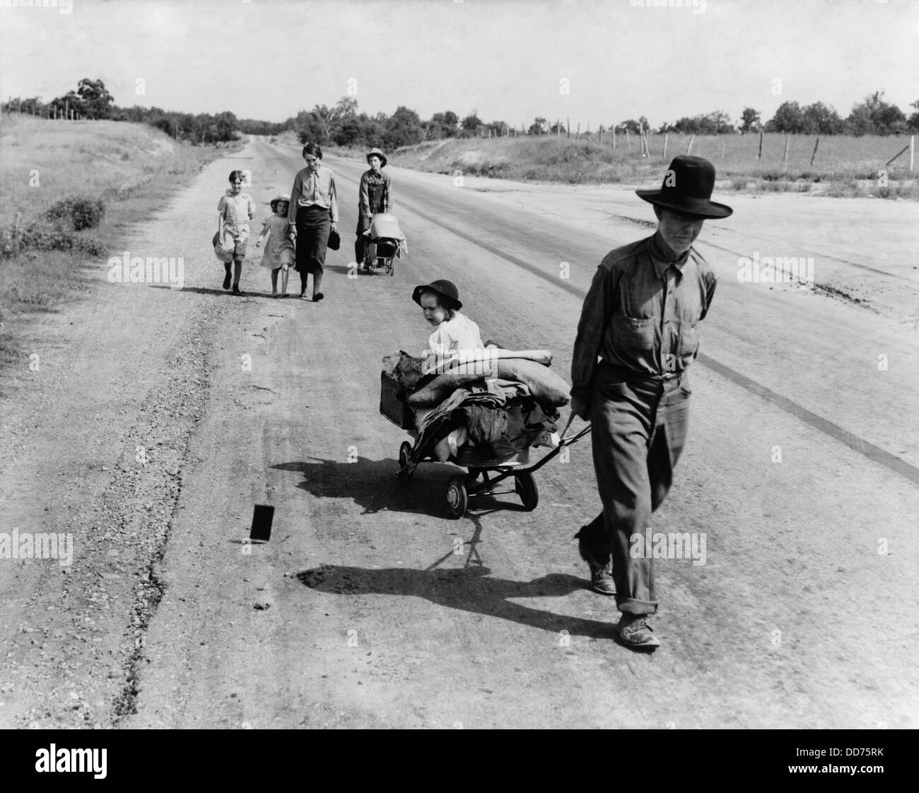 Destitute family walking from Idabel to Krebs, Oklahoma, June 1938. The father lost his tenant farm when ill with - Stock Image