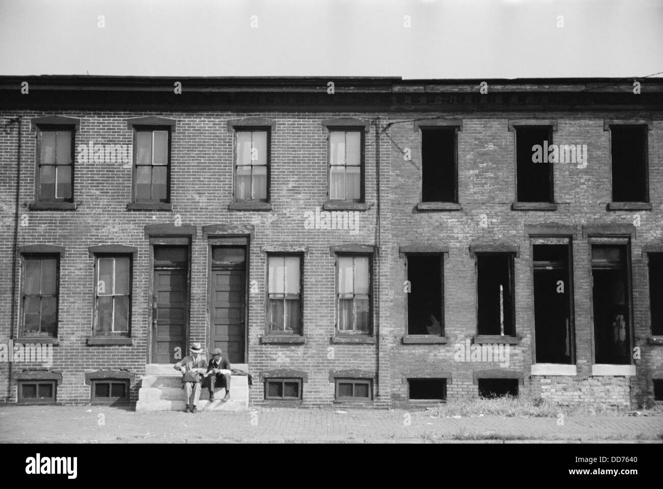 Factory workers' homes, Camden, New Jersey, Oct. 1938. Occupied residences are next to a derelict building. - Stock Image