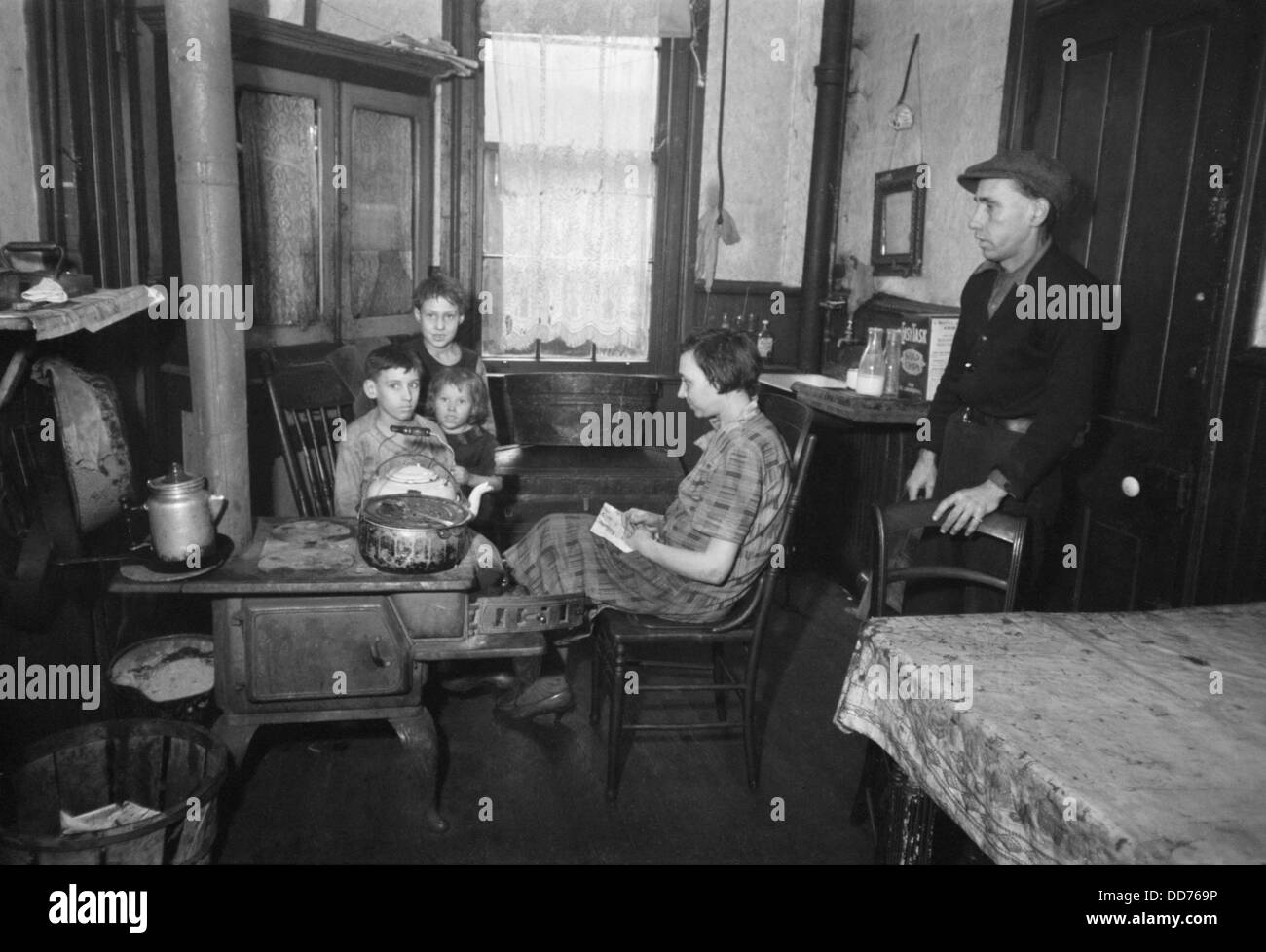 Family in their tenement kitchen, Hamilton Co., Ohio, Dec. 1935. Photo by Carl Mydans. (BSLOC_2013_8_10) - Stock Image