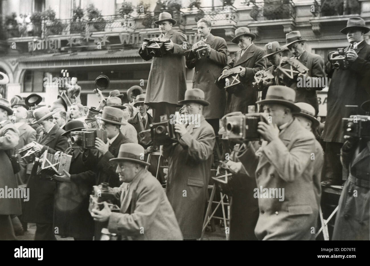News photographers in Berlin, Germany, 1930s. (BSLOC_2013_8_237) - Stock Image