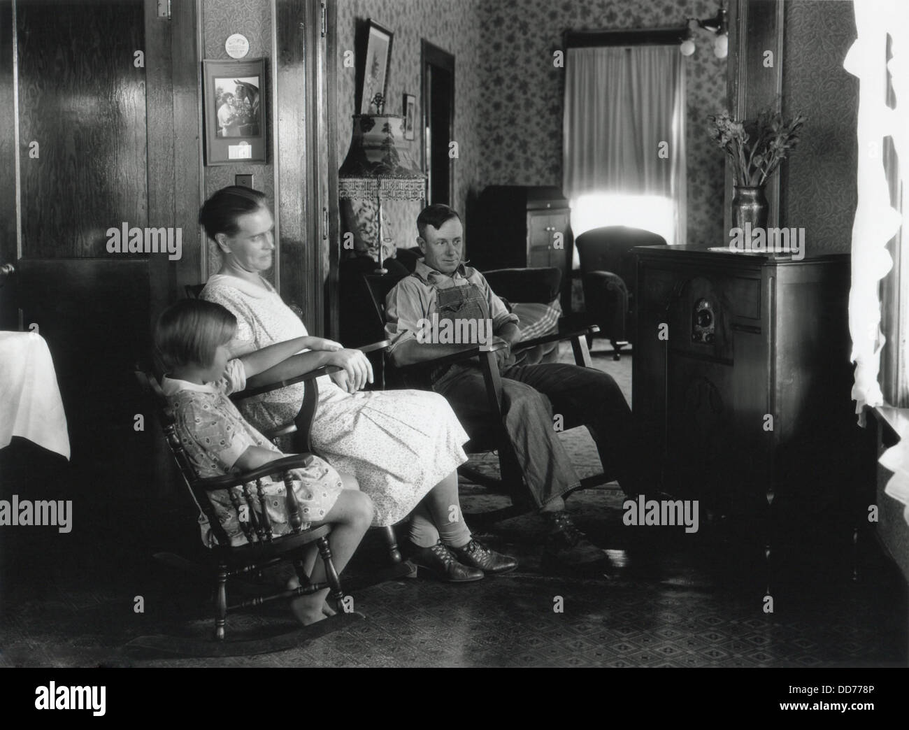 Farm family listening to their radio, Michigan, Aug. 15, 1930. Photo by George Ackerman. (BSLOC_2013_8_85) - Stock Image