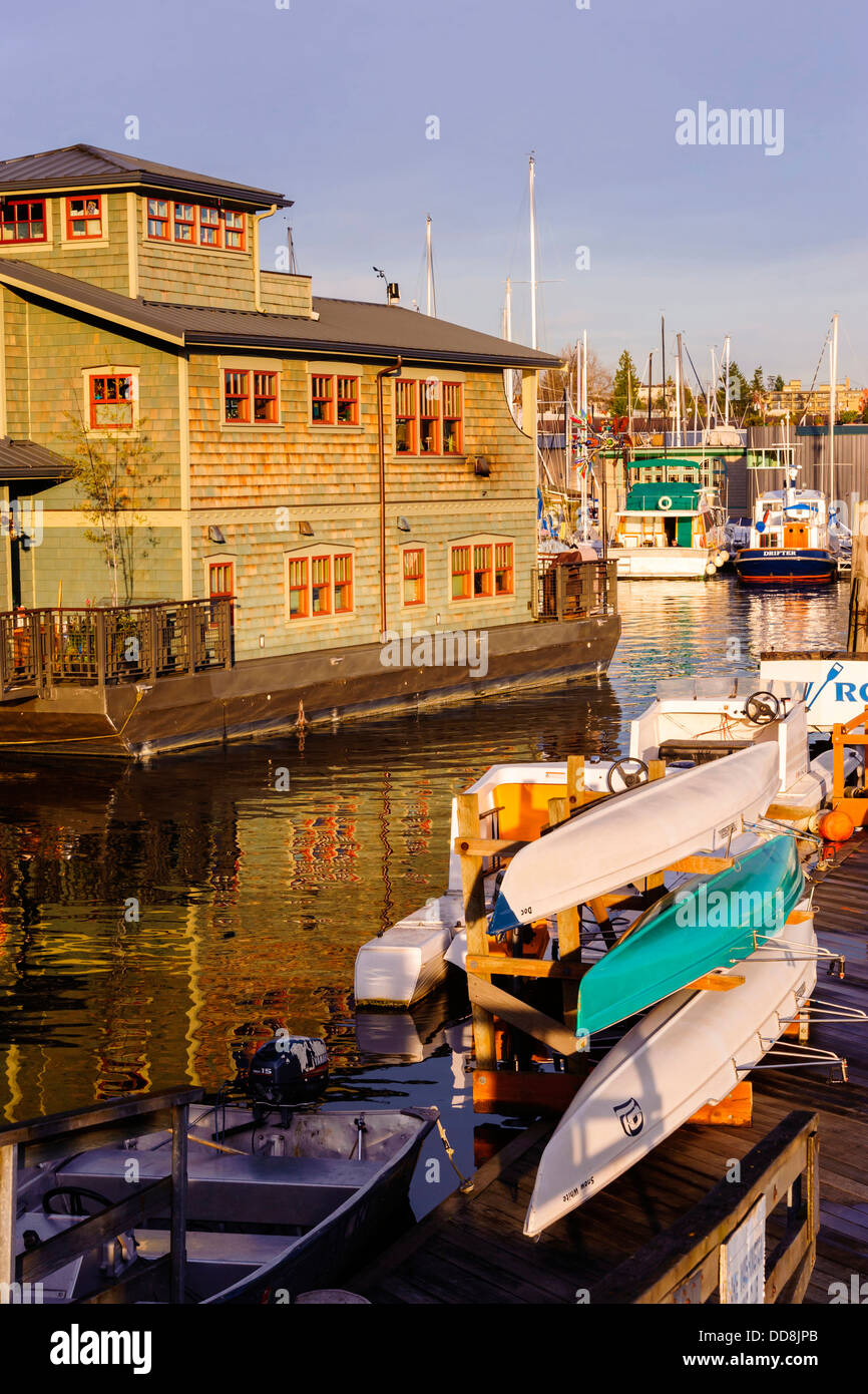 USA, Washington, Seattle. Boats and boathouses on Lake Union in Seattle. - Stock Image