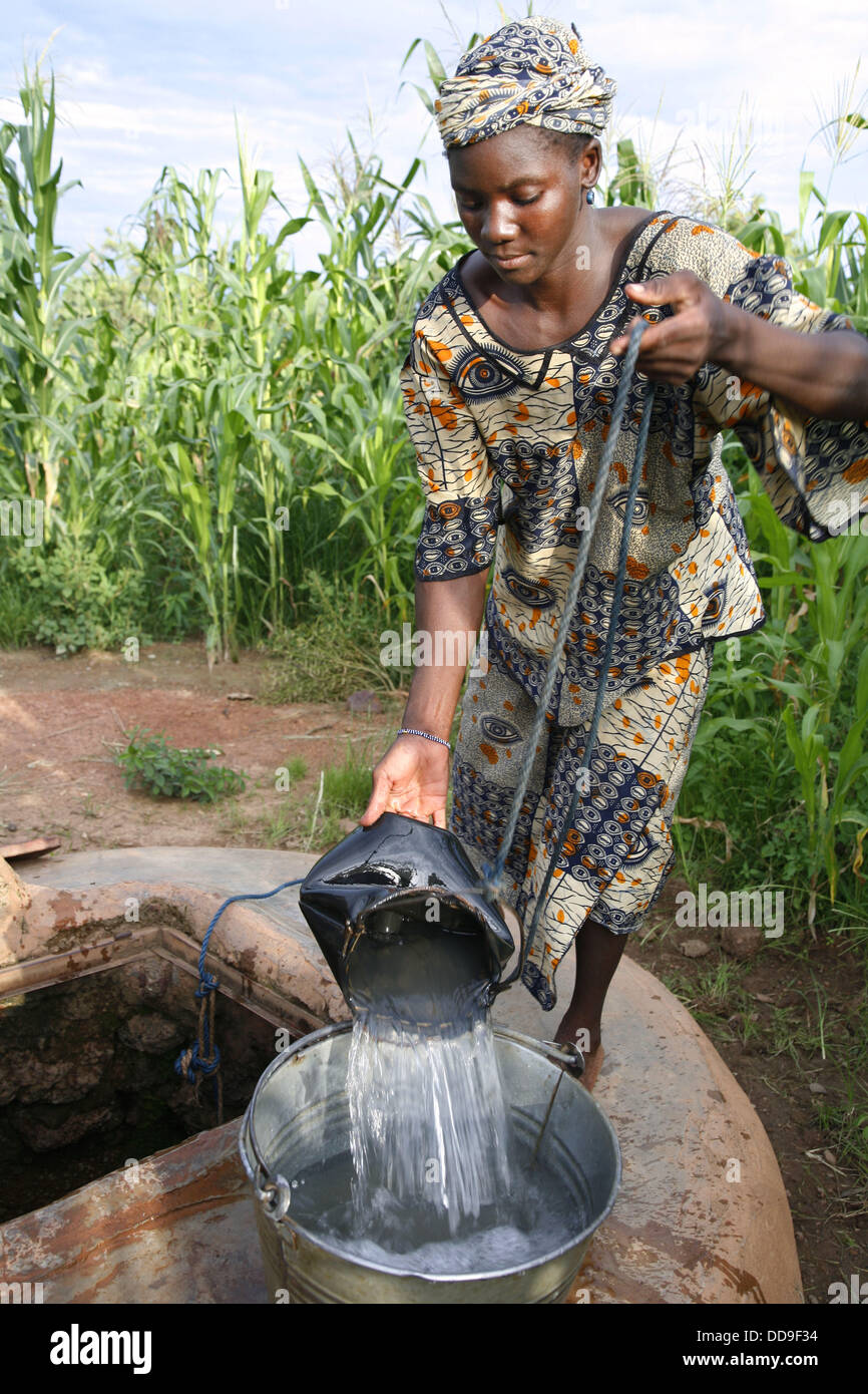 Senoufo young woman getting water from a well. Sikasso region, Mali - Stock Image