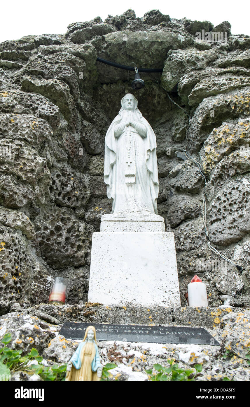 A typical traditional grotto shrine to Mary, the Blessed Virgin, in a rural cemetery in Ireland - Annaghdown, County - Stock Image