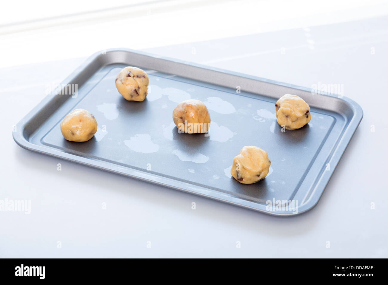 unbaked cookies on tray - Stock Image