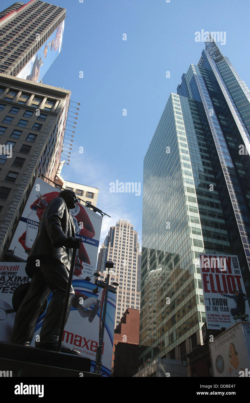 New York City (USA): skyscrapers, ads and George M. Cohan´s statue in Times Square - Stock Image