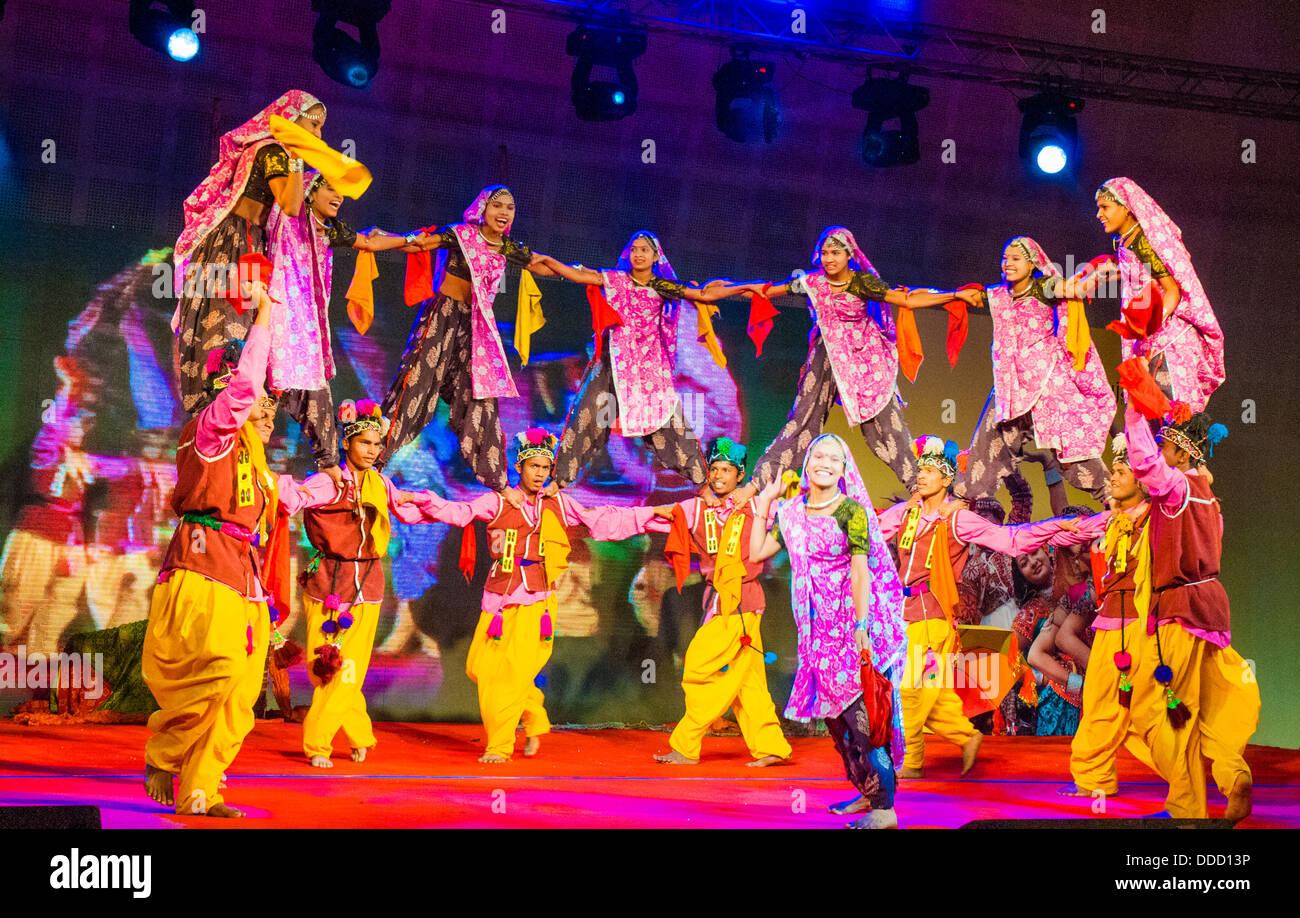 Gujarati dance performance at a trade fair in Ghandinagar, outside Ahmedabad - Stock Image