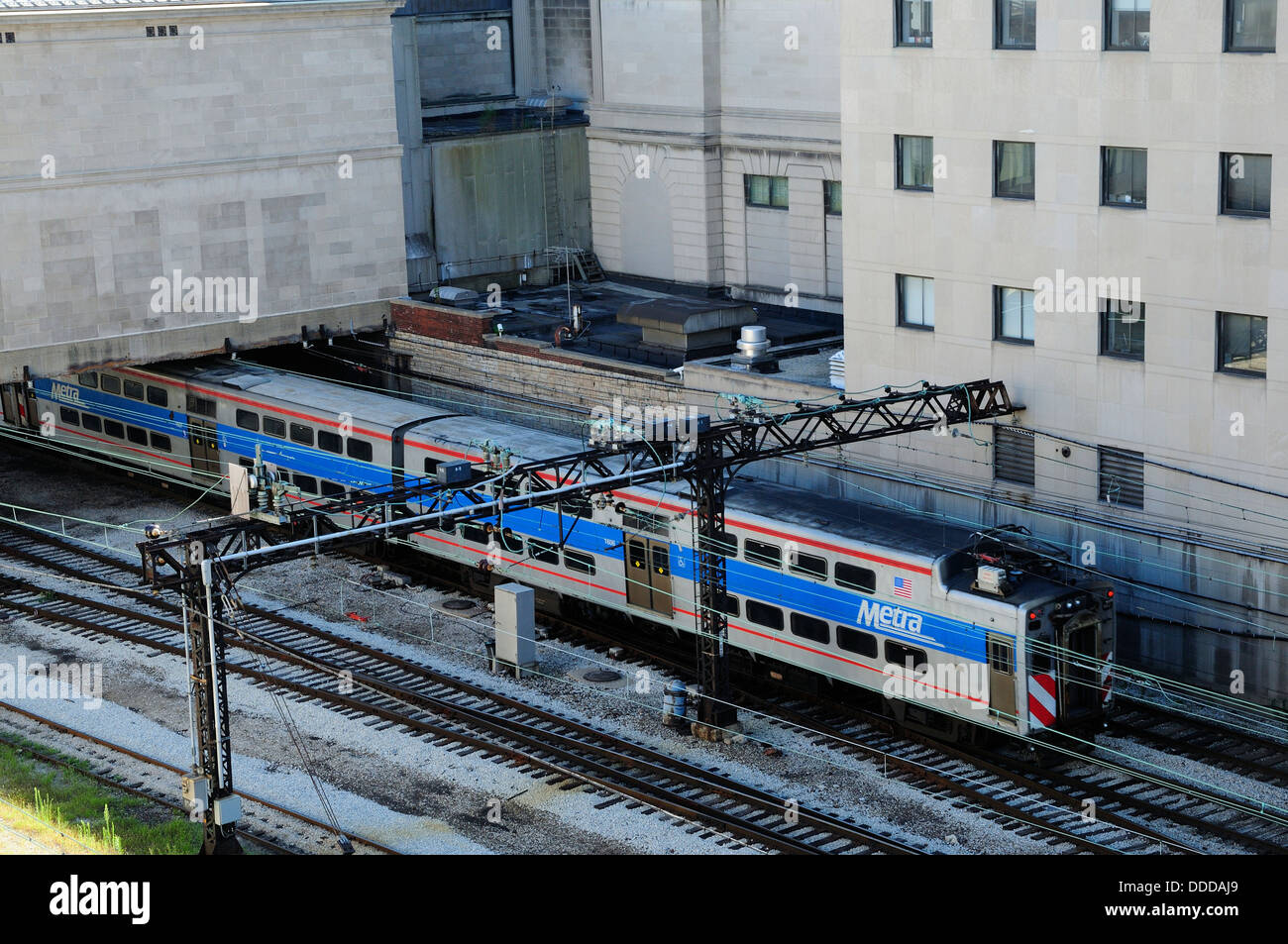 Electric Metra train running behind the Art Institute of Chicago. - Stock Image